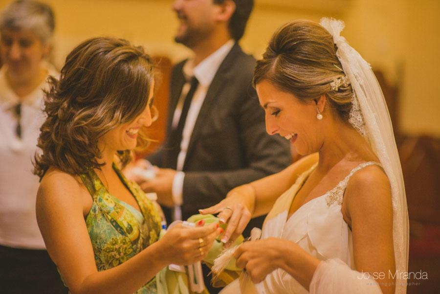 Novia enseñando el anillo a su amiga en una fotografia de boda en Martos