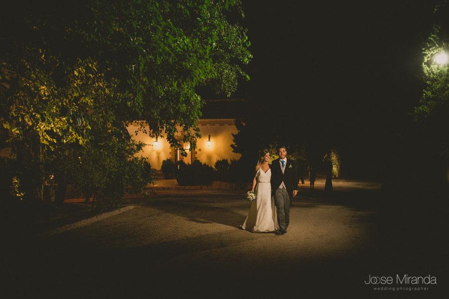 Los novios llegando a la celebración de su boda en Martos, Jaén