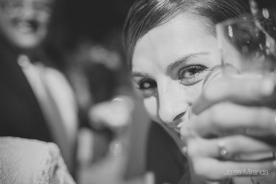 Mariah super feliz brindando con sus invitados y con su fotografo de boda