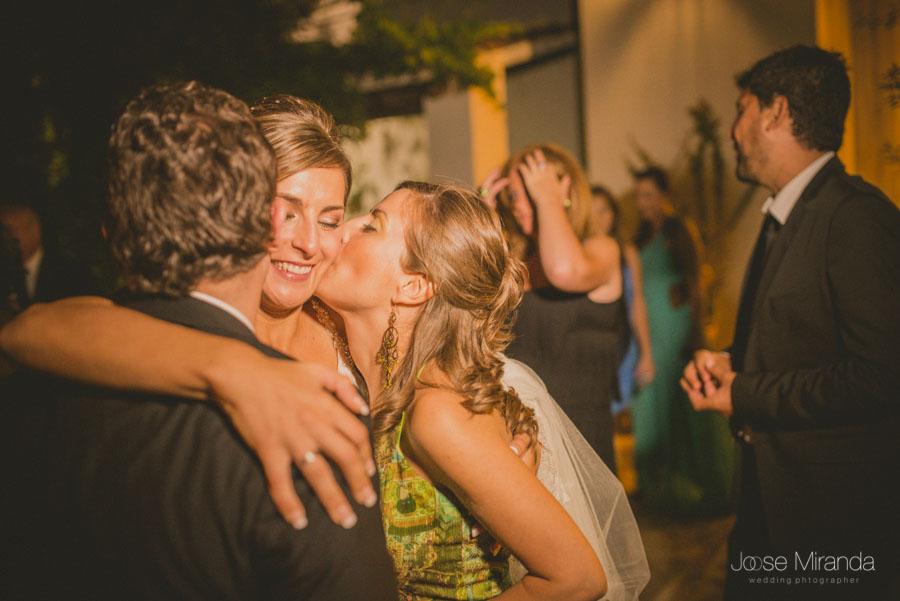 Los amigos de la novia besándola y felicitandola durante la celebración de su boda en Martos