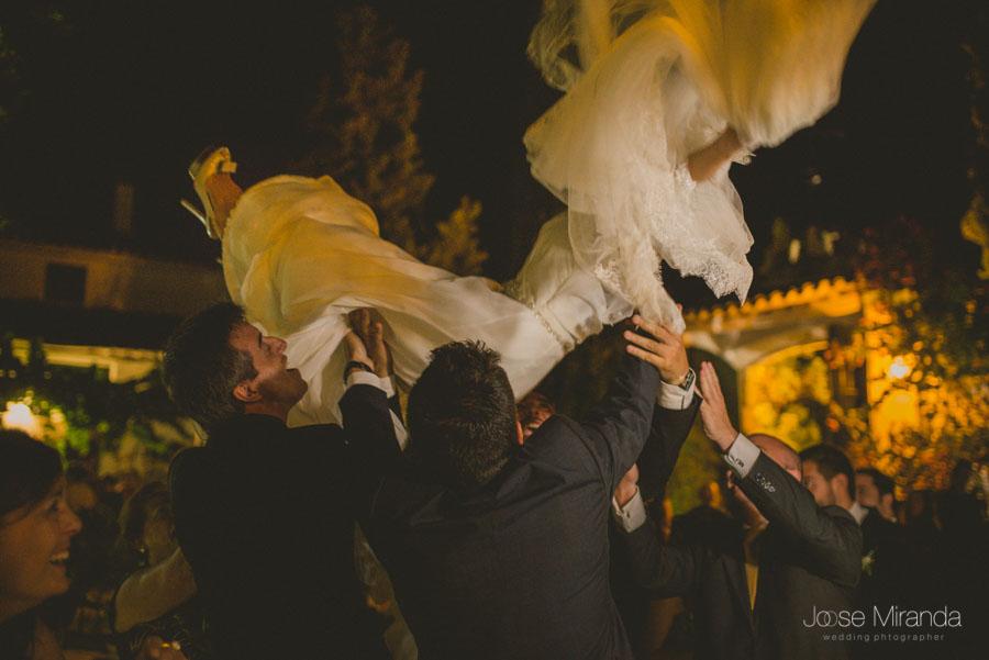 La novia manteada por los amigos en una fotografía de boda en Martos de Jose Miranda