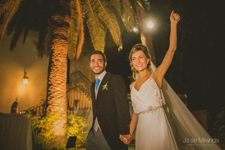 Los novios entrando a la celebración en el Madroño en una fotografía de boda de Jose Miranda
