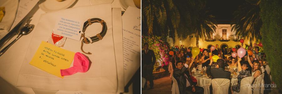 Los invitados inflando globos para recibir a los novios a la celebración en una fotografía de boda en Martos
