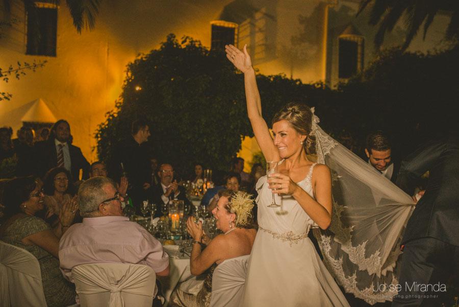 Novia saludando efusivamente a los invitados en una fotografía de boda en El Madroño