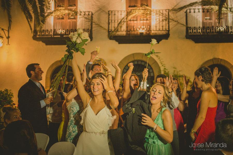 Las amigas de la novia vitoreando a la novia durante la boda en una fotografía de boda de Jose Miranda