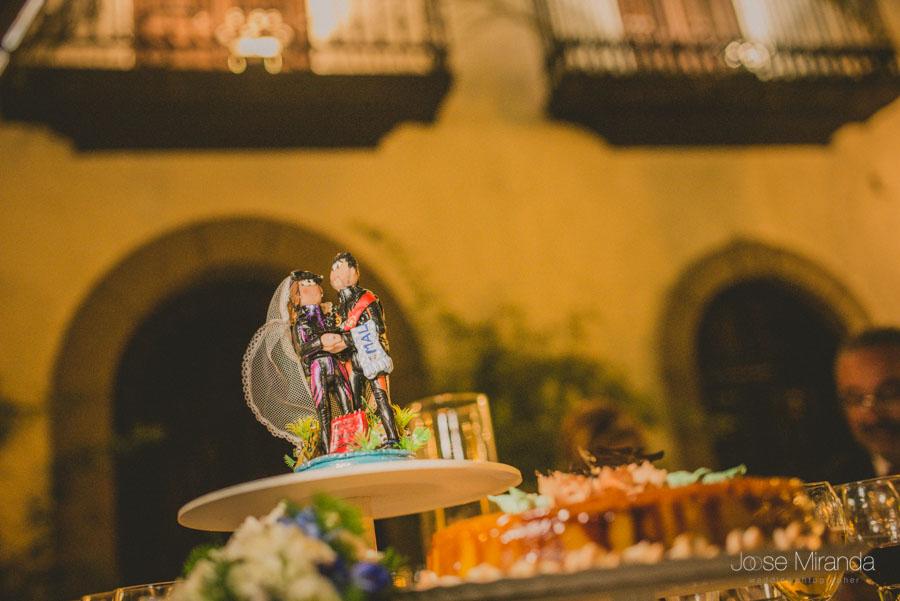 Detalle de la tarta de la boda con los novios buceadores en una boda en el Madroño en Martos