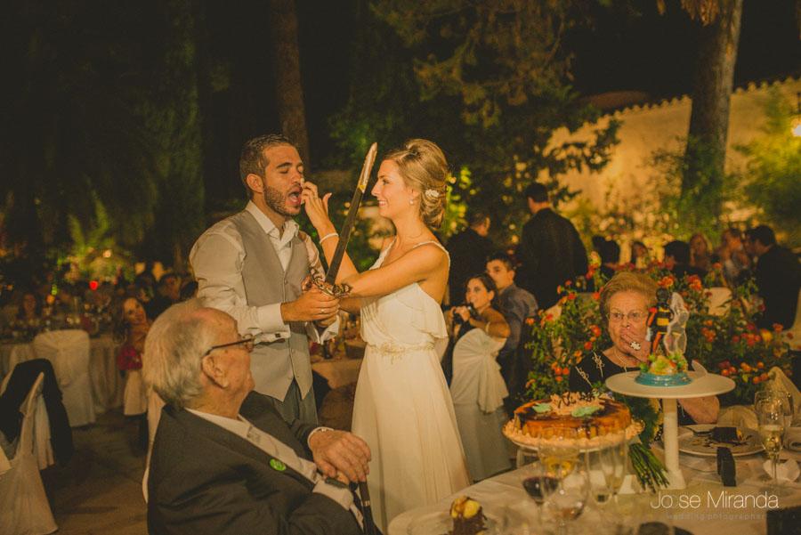 Novios cortando la tarta y llenandose de tarta durante su boda en Martos, Jaén, de Jose Miranda