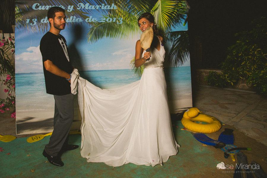 Los novios en el photobooth de su boda en Martos