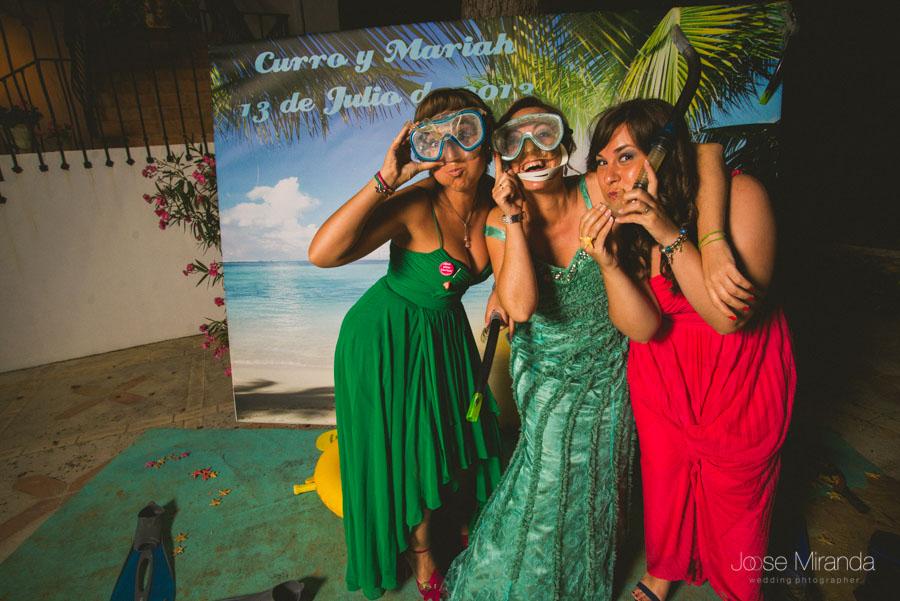 Las amigas de la novia en el photobooth en una fotografía de boda en Martos de Jose Miranda