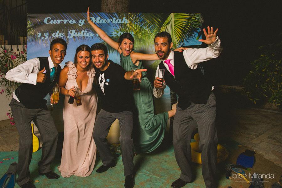 La familia de curro en el photobooth en la fotografía de boda en Martos