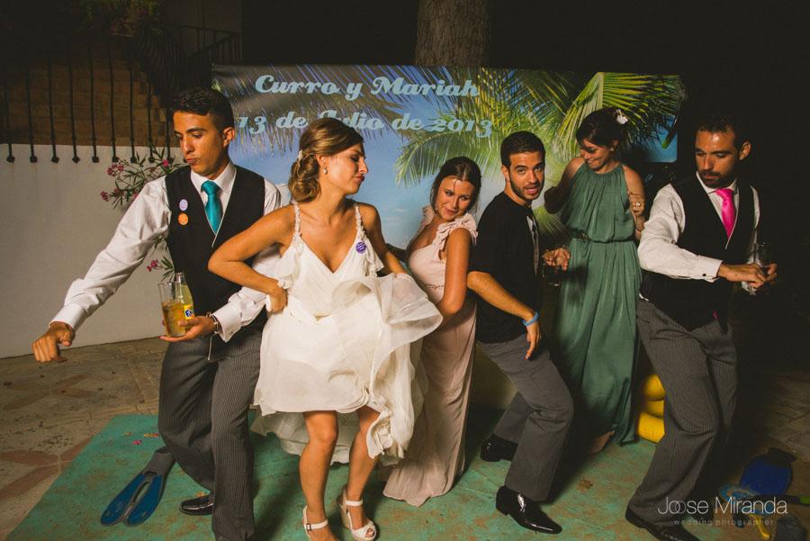 Los novios con su familia en el photobooth en una fotografía de boda en el Mafroño en Jaén