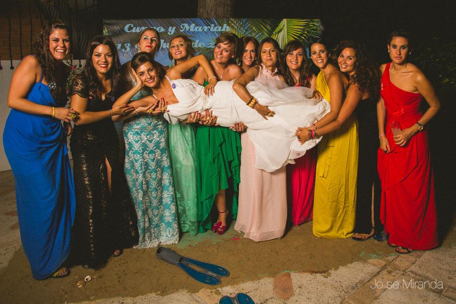 La novia, y sus amigas en el photobooth en una fotografía de boda en el Madroño en Jaén