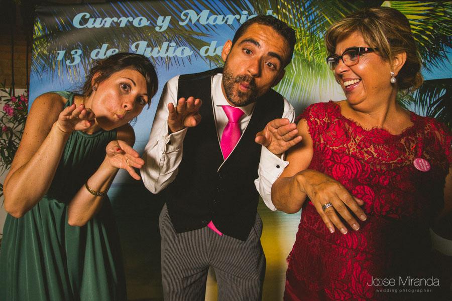 Como buenos malageños, haciendo el pez en el photobooth en una fotografía de boda en El Madroño Jaén