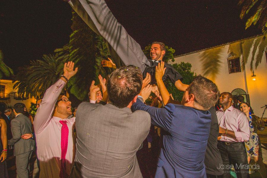 El novio manteado por los amigos durante el baile de la boda en el Madroño en Jaén