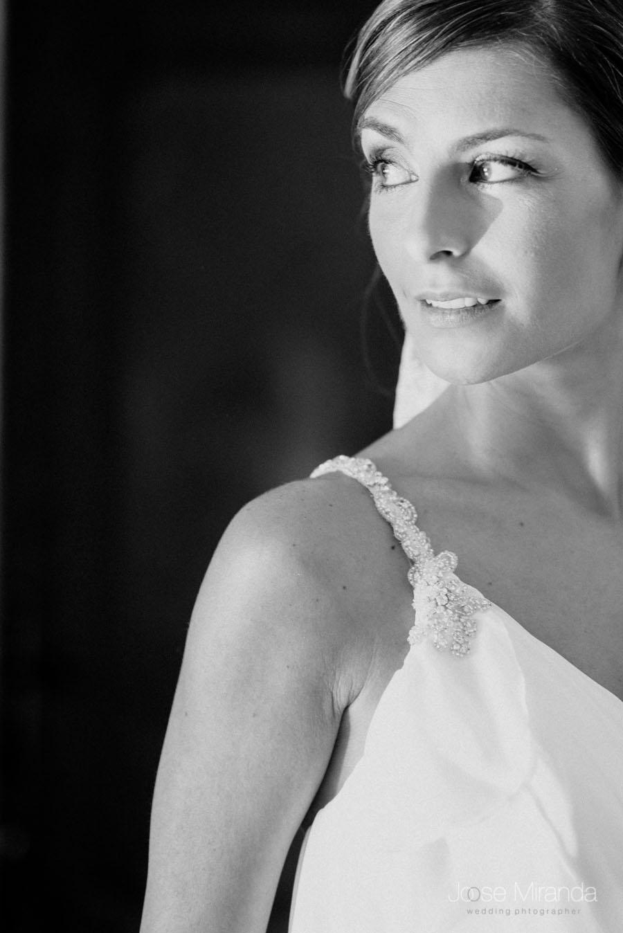 Retrato de Mariah, la novia en blanco y negro