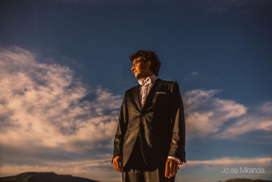 Retrato de novio con el cielo y las nubes