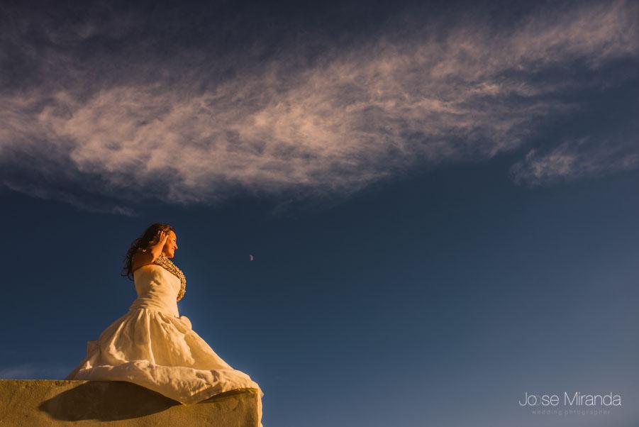 La novia en el cielo azúl y las nubes blancas