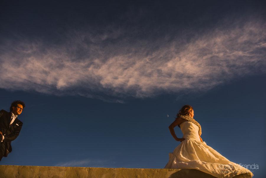 María esperando al novio durante una sesión de post-boda en Jaén