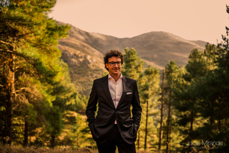 Retrato del novio con los pinos y las montañas al fondo en una sesión post-boda en Jaén