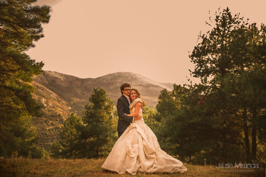 María y Luis en lo alto de la montaña en una fotografía de post-boda en Jaén