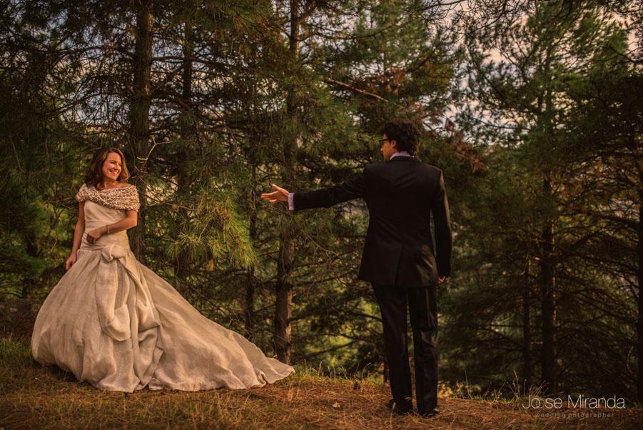 Retrato de pareja con novia con vestido de Jesús Peiro