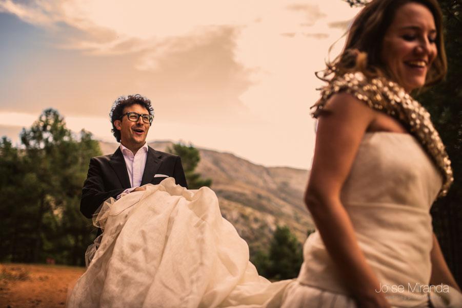Luis cogiendo la cola del vestido de novia de María