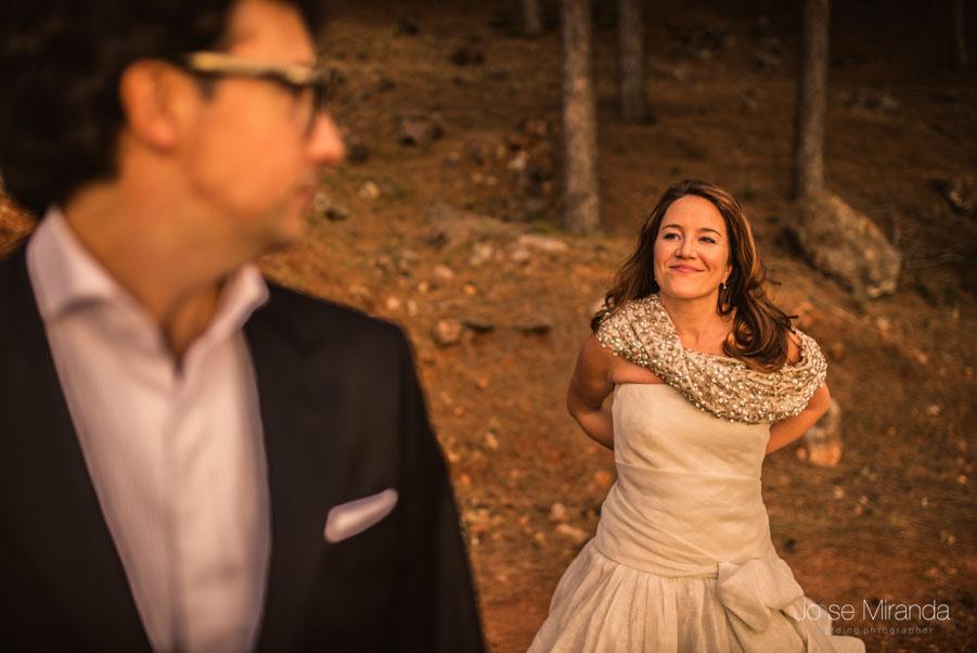 Pareja de novios mirándose en sesión de trash the dress en Jaén