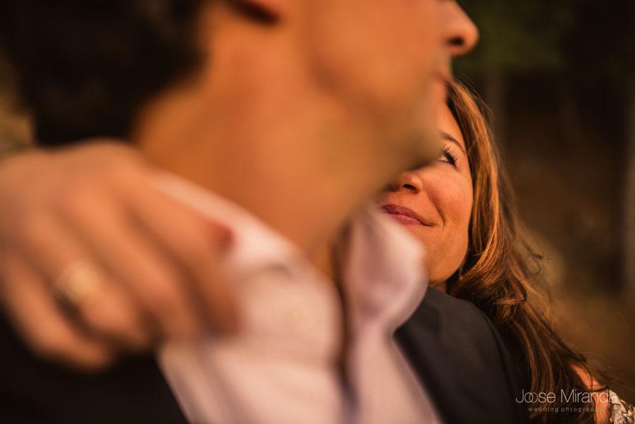 Miradas de la novia al novio en un close-up