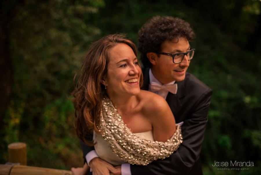 María y Luis abrazandose y riendo