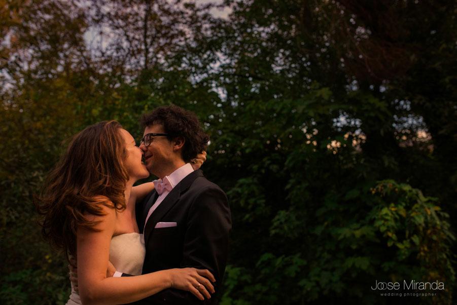 María y Luis besándose en la rivera del río