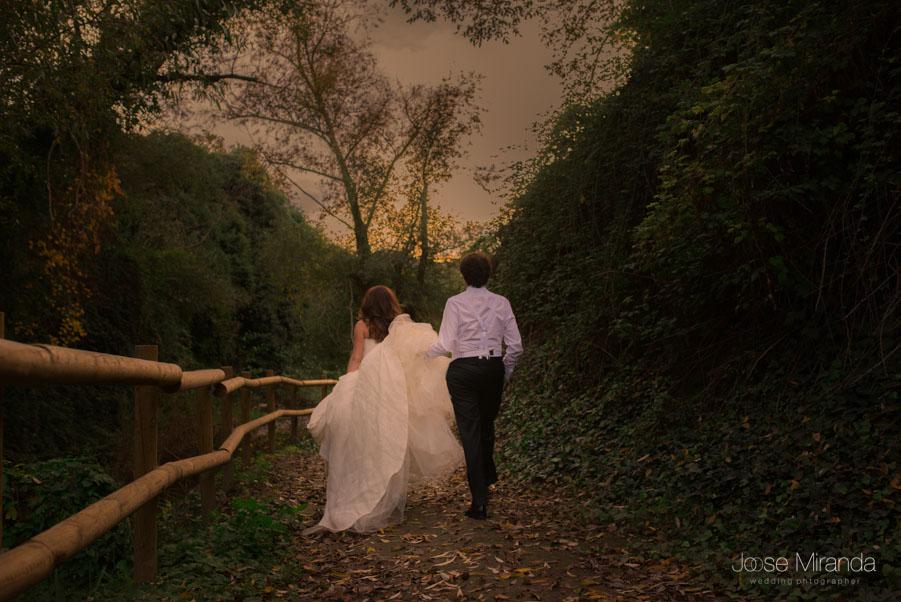 María y Luis paseando por la ribera del rio