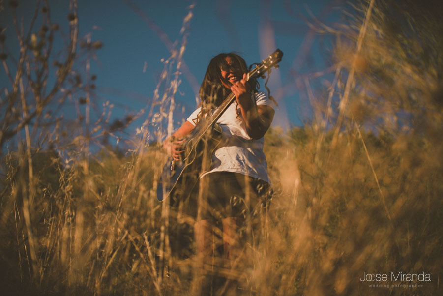 Amynata tocando la guitarra mientras canta soul