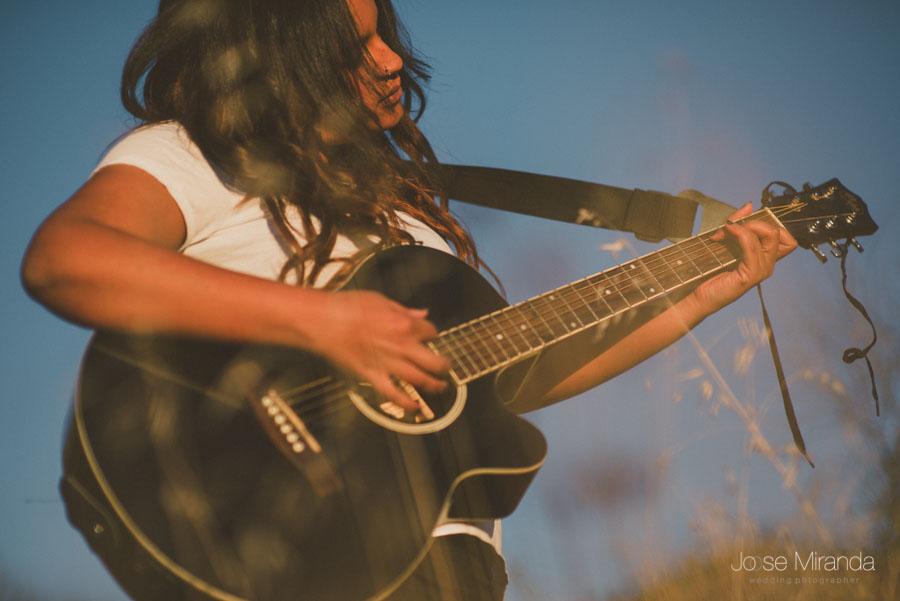 La guitarra de Amynata mientras canta