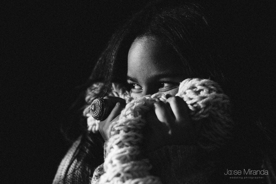Amynata con el anillo que llevaba a las audiciones en retrato en blando y negro