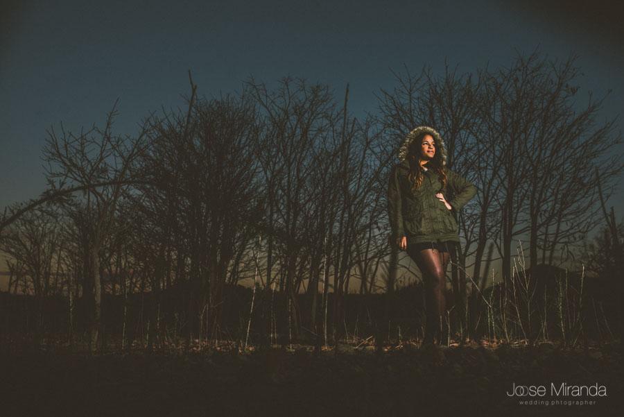 Fotografía de invierno junto al pantano con modelo cantante