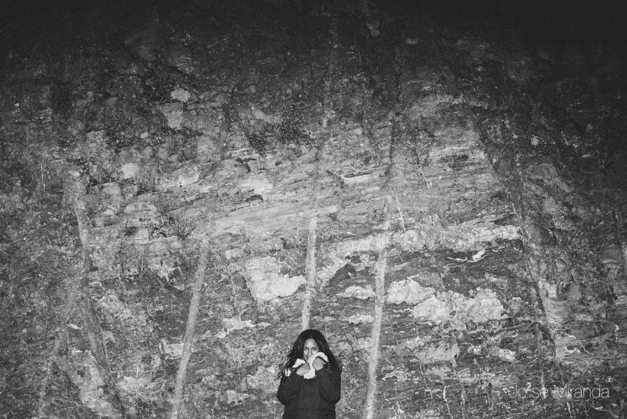 Blanco y negro en la noche con la artista y cantante Amynata