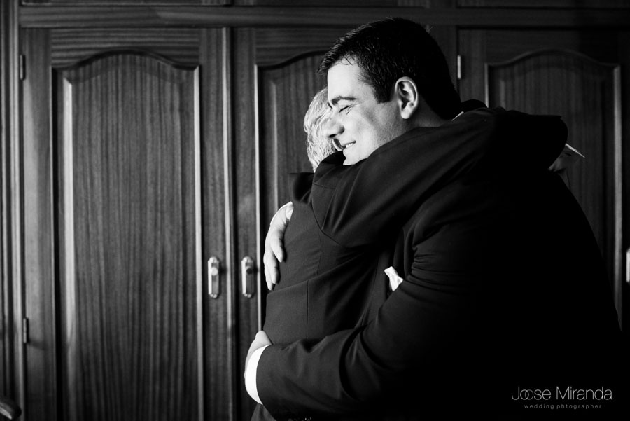 Francisco abrazándo a su padre en el día de su boda en Martos, Jaén