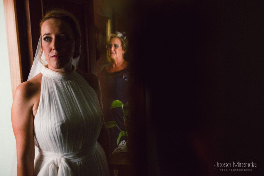 Novia y su madre reflejada en el espejo