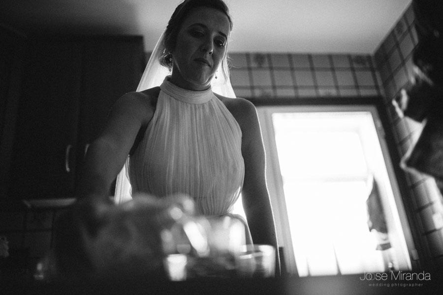 Inma bebiendo agua en la cocina despues de vestirse de novia