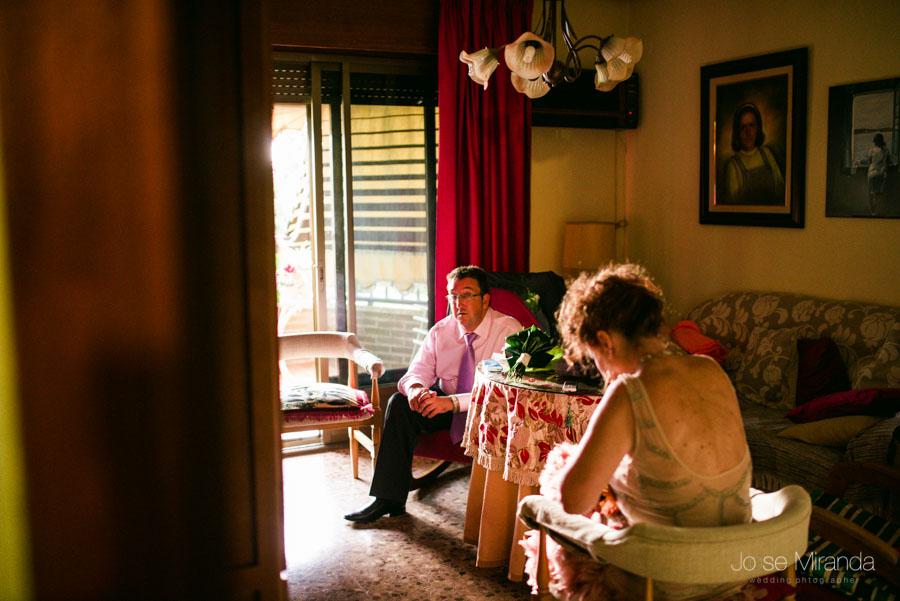 La familia esperando a la novia en una fotografía de boda de Jose Miranda Fotografía