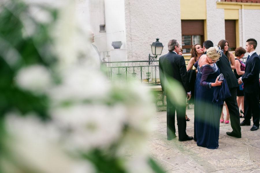 La familia esperando en la puerta de la iglesia de San Amador en Martos