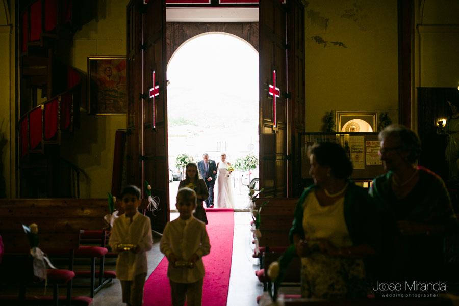 La novia y el padrino entrando a la Iglesia de San Amador en Martos