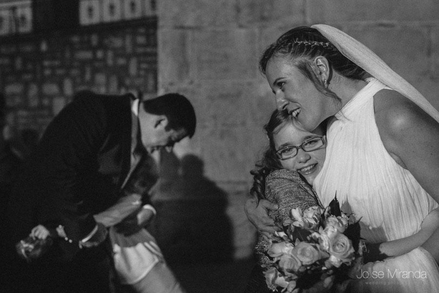 Los novios abrazando a sus sobrinos después de la boda