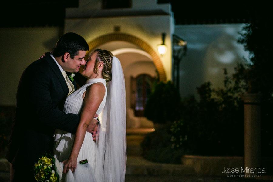 Los novios en el Cortijo el Madroño en una fotografía de boda en Martos, Jaén