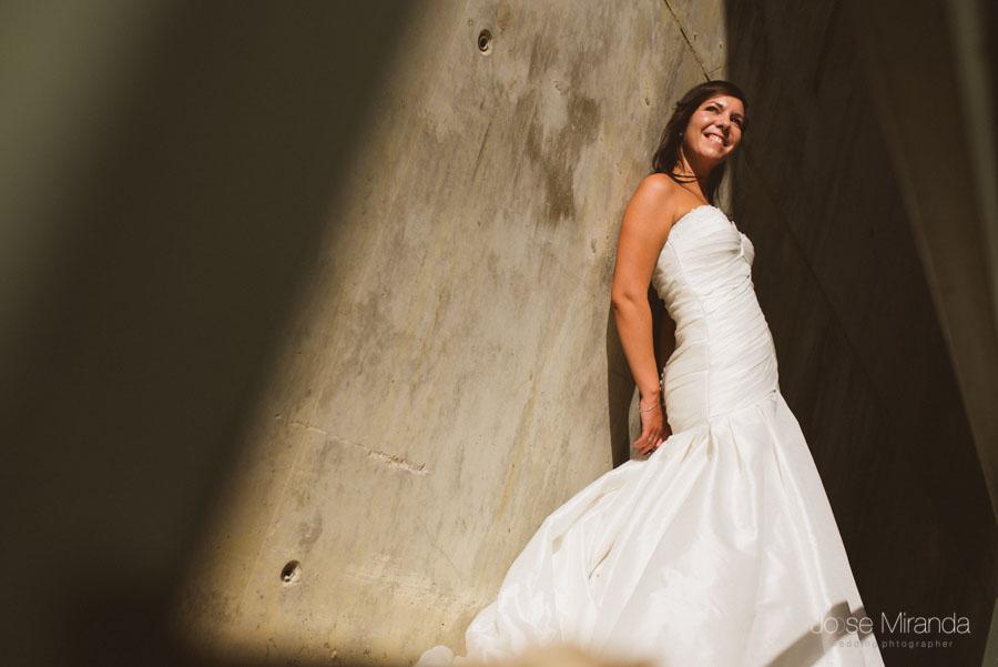 Novia entre un juego de luces y pared de hormigon en una fotografía de post boda de Jose Miranda Jaén Martos