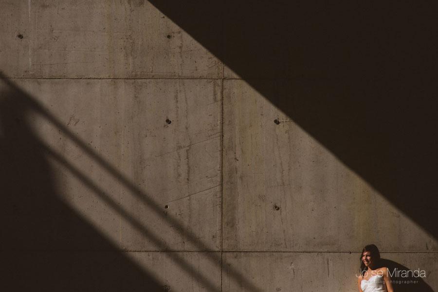 Novia iluminada por un rayo de sol a través del hormigón en una fotografía de post boda de Jose Miranda Jaén Martos