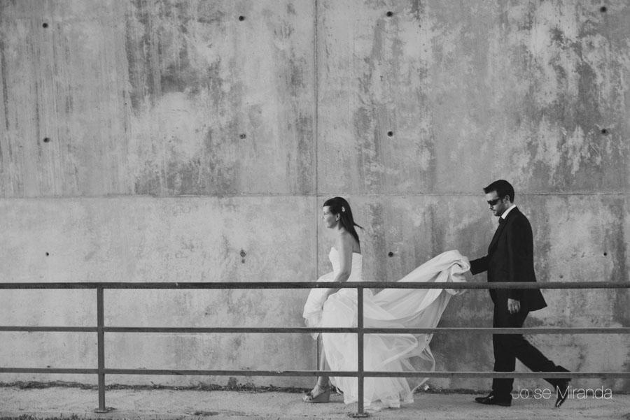 Marco cogiendo el vestido de Susana en una fotografía de post boda de Jose Miranda Jaén Martos