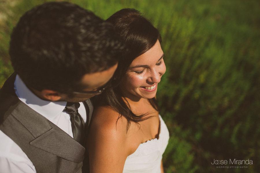 Marco abrazando a Susana mientras sonríe sobre un fondo verde en una fotografía de post boda de Jose Miranda Jaén Martos