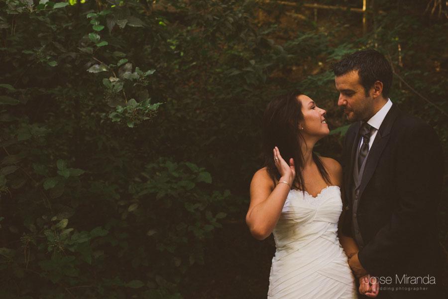 Susana y Marco entre la vegetación en una fotografía de post boda de Jose Miranda Jaén Martos