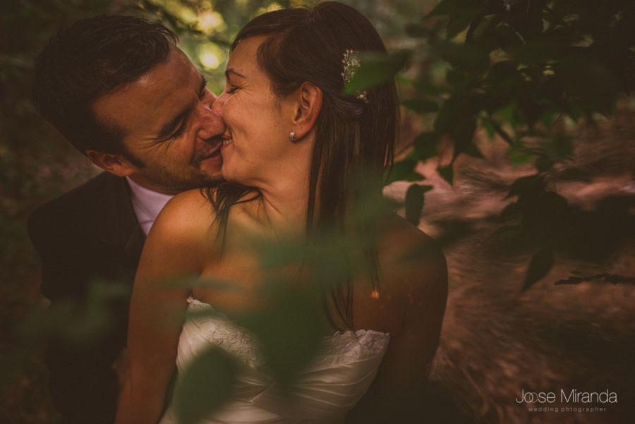 Marco y Susana haciendo guiños mientras se dan un beso en una fotografía de post boda de Jose Miranda Jaén Martos